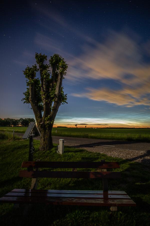 Lichtende Nachtwolken over het bankje