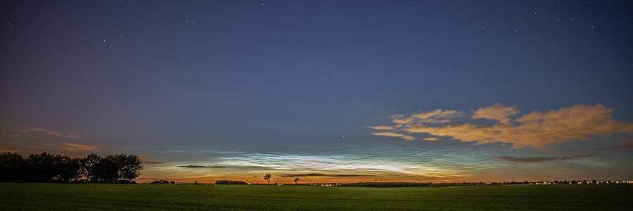 Oplichtende nachtwolken over het Heuvelland